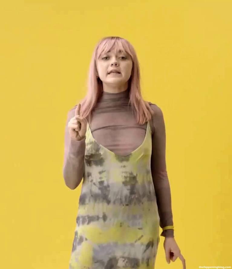Maisie Williams Slip Nip Slip 3